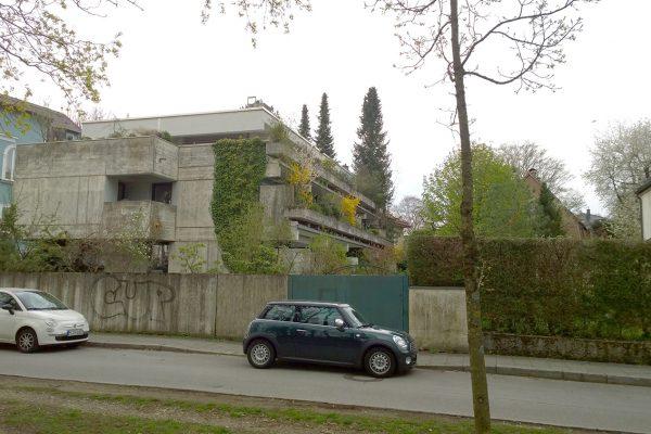 Vorher: Die Betonfassade ist stark verschmutzt. Betonschäden durchziehen die Oberfläche.