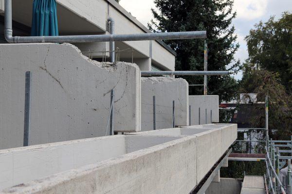 Die Schäden an den Balkontrennwänden waren immens. Hier haben die Betonspezialisten von Heinrich Schmid ganze Mauerteile abgetragen und später mit neuem Beton ergänzt.