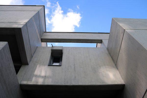 Sichtbetonoptik: Das Gebäude präsentiert sich nach der Sanierung in seinem ursprünglichen Zustand.
