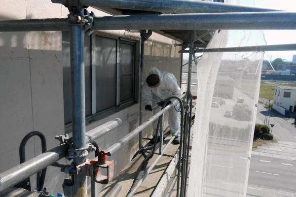 Fassadenreinigungsarbeiten mit Entfernen der Altbeschichtung