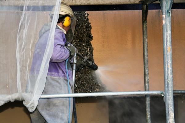 Altbeschichtung an einer Betonfassade entfernen