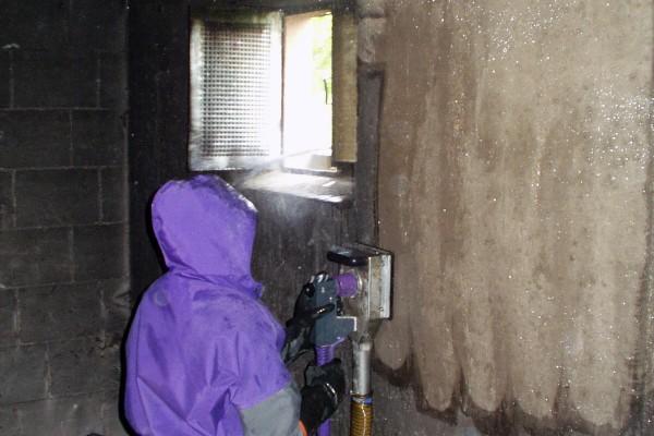 Altbeschichtung in einem Nebengebäude entfernen