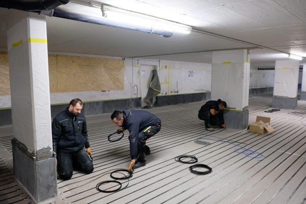 Titanbänder werden im Abstand von 15 Zentimetern verlegt. Über sie werden dem Boden durch Strom Elektronen zugeführt.