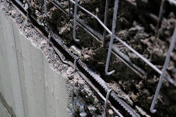 Mit Höchstdruckwasserstrahlen bis zu 2.500 bar entfernen die Spezialisten von HS den schadhaften Beton und legen die Bewehrungseisen frei.