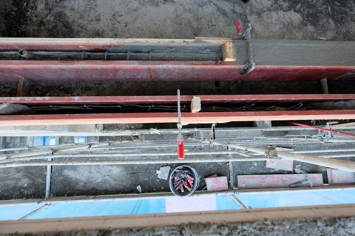 Vorher: Blick von oben auf die Blumentröge der Balkone. Der schadhafte Beton wurde entfernt, die Pflanztröge neu aufgebaut.