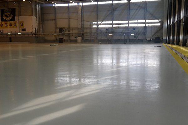 Die Bodenbeschichtung im Flugzeughangar ist ableitfähig und entspricht zudem den Anforderungen des Wasserhaushaltsgesetzes (WHG).
