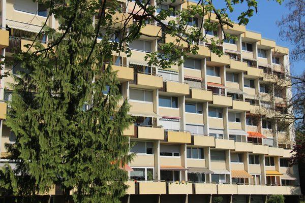 Auf den ersten Blick – und bei Sonnenschein – präsentieren sich die beiden Gebäude ganz ansehnlich. Bei näherer Betrachtung sind jedoch die Betonschäden unübersehbar.