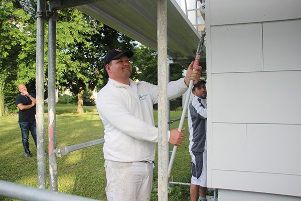 Abteilungsleiter Jörg Stubert schaut, dass bei der Arbeit alles funktioniert. Markert Eugen und Facharbeiter Kanik Orhan beim Beschichten der Fassadenplatten.
