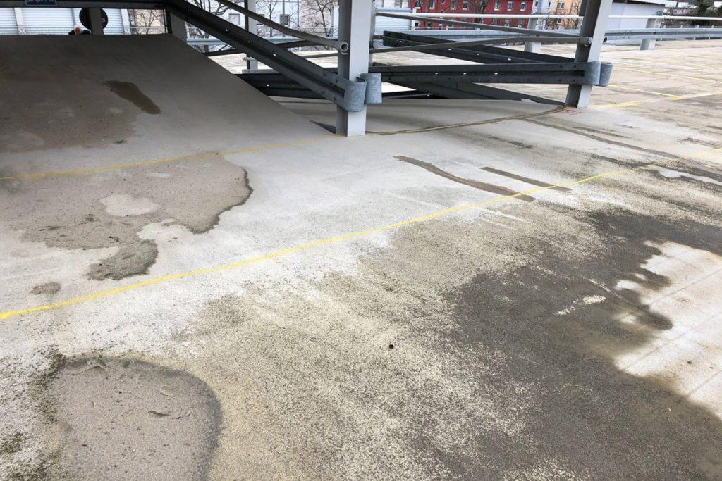 Abplatzungen und Chloridschäden traten in allen Etagen des Parkhauses auf.