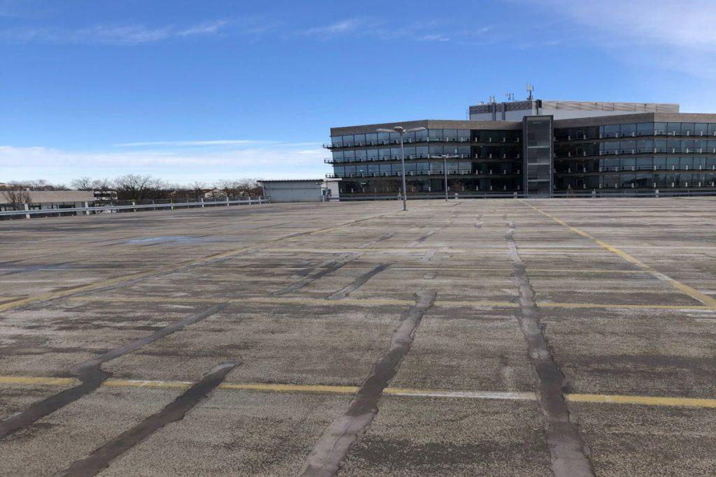 Vorher: Die defekte Beschichtung auf dem oberen Parkdeck verursacht starke Schäden.