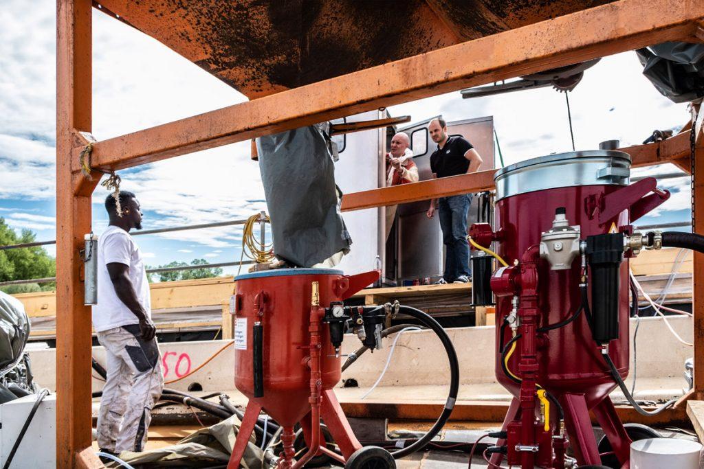 Der Zugang zur Baustelle erfolgt über die Luftschleuse, hinten im Bild.