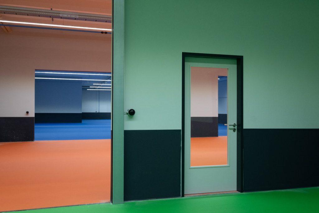 Farbenprächtige Industriehalle in Balingen nach erfolgter Sanierung.