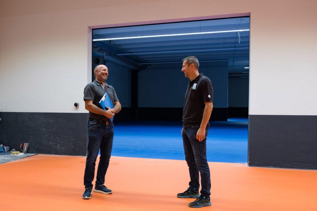 Peter Seifriz (r.) mit Niederlassungsleiter Roland Mayer auf der Baustelle.