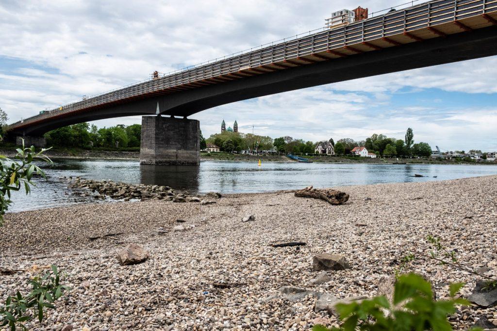 Die 595 Meter lange Salierbrücke überspannt den Rhein östlich von Speyer. Die Brücke wurde 1956 erbaut. Der Heinrich-Schmid-Standort Linkenheim führt derzeit Korrosionsschutzarbeiten durch. Arbeitsbeginn war im Januar 2019. Die Fertigstellung ist für das Frühjahr 2021 geplant.