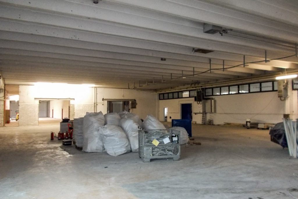 Die Industriehalle während der Umbauphase. Die beiden Tordurchbrüche erhielten später orangefarbene Rolltore.